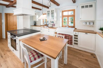 Küche mit Esstisch, Esche weiß lackiert, Balkendecke aus Altholz